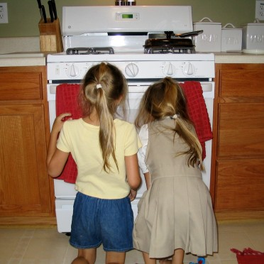 03 - The girls waiting for the pizza to bake